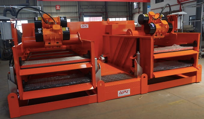 Dual tandem double decked shale shaker delivery