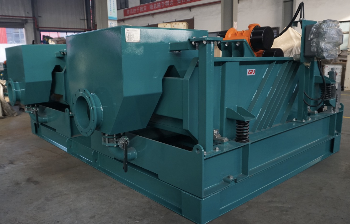 Dual tandem linear motion shale shaker delivery